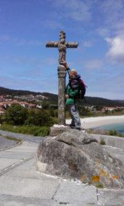 Na koncu poti v Finisterri sem simbolično odložila svoj kamenček na kamniti križ.